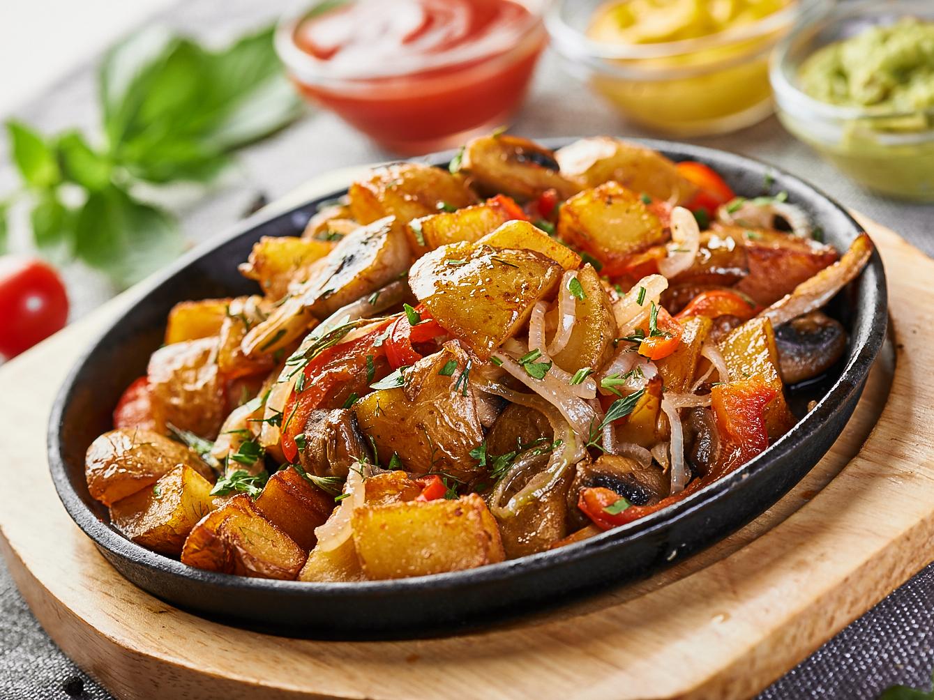Жареный картофель с розмарином и овощами