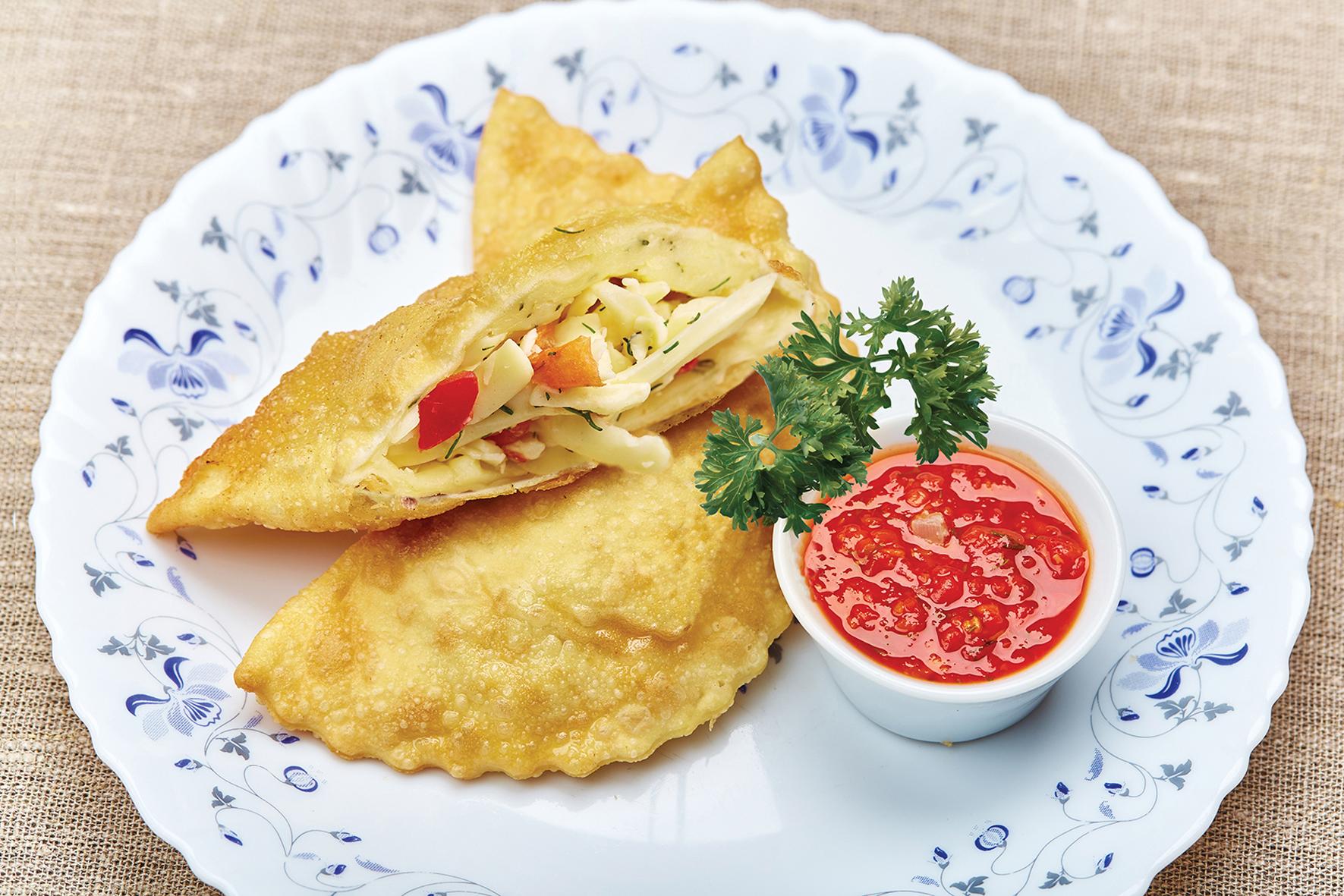 Чебуреки с сыром сулугуни и помидорами (2 шт.)