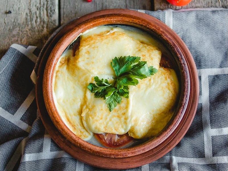 Жареный сыр Сулугуни с томатами и шпинатом
