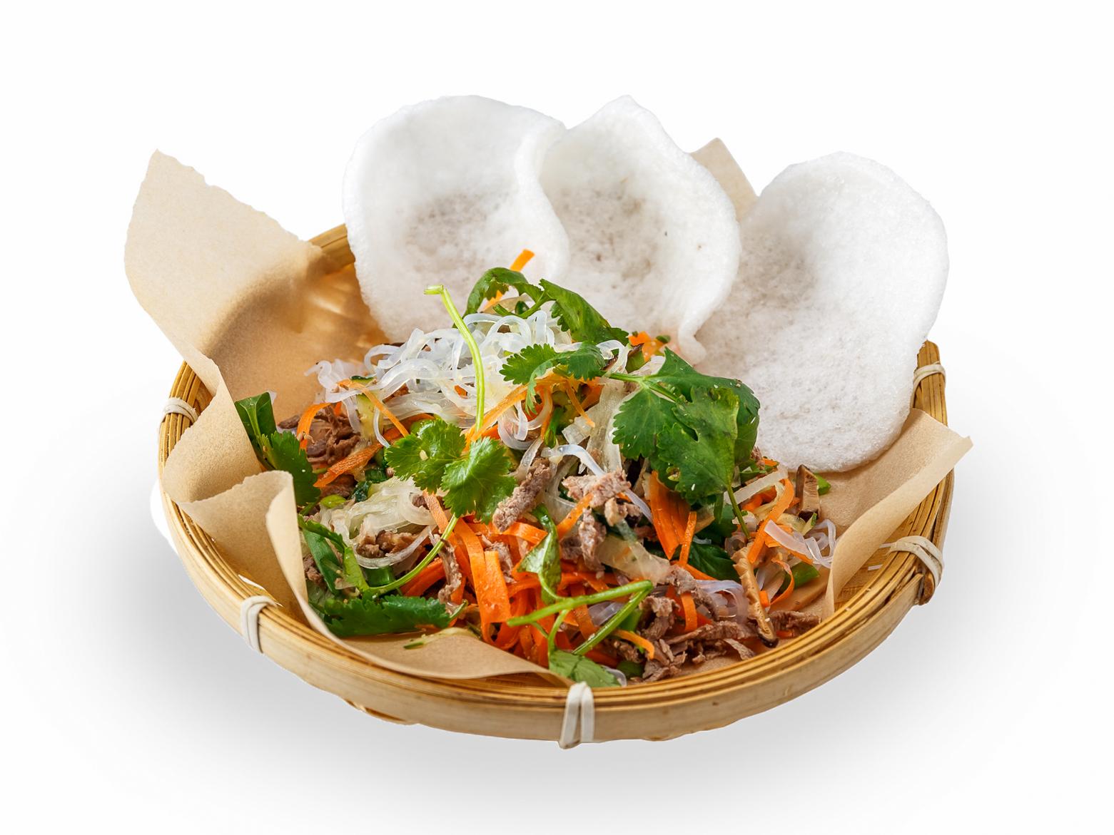 Салат с говядиной и рисовой лапшой
