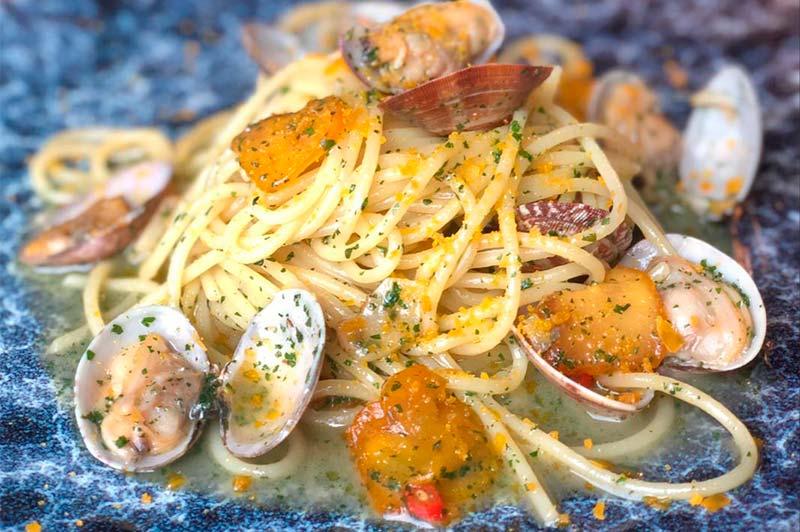 Спагетти с боттаргой и вонголе в соусе на основе рыбного консоме, белого вина и чили