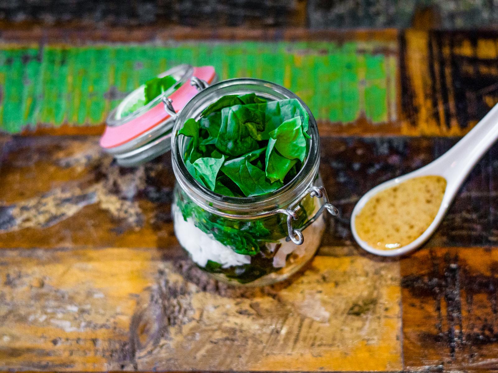 Зеленый салат с водорослями