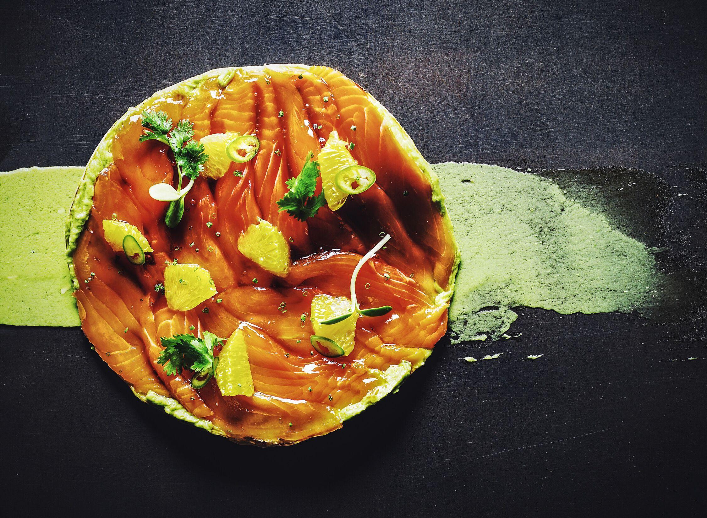 Тостадитос из лосося с гуакамоле и соево-цитрусовой сальсой