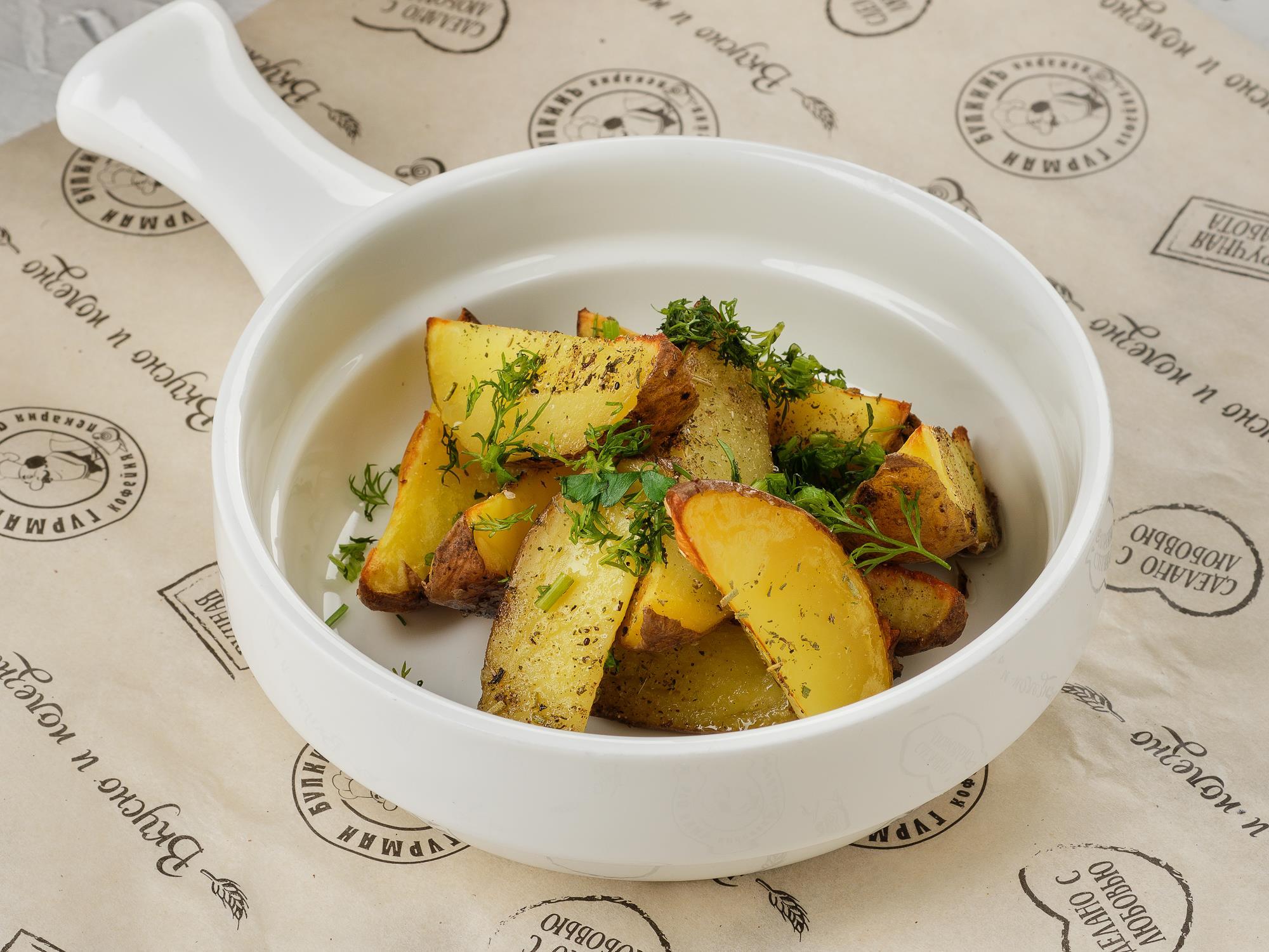 Картофель печеный с травами и чесноком