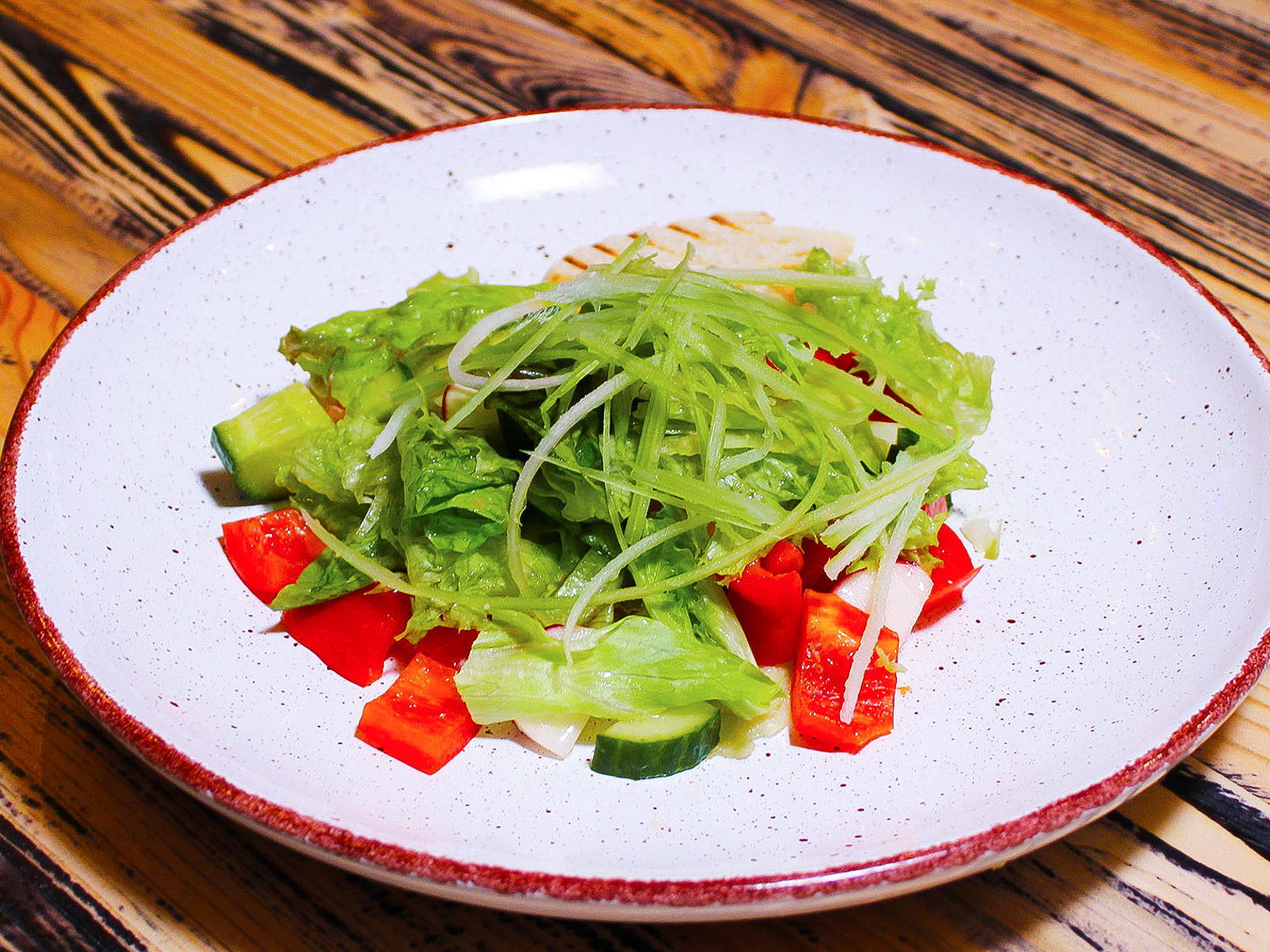 Салат из свежих сезонных овощей