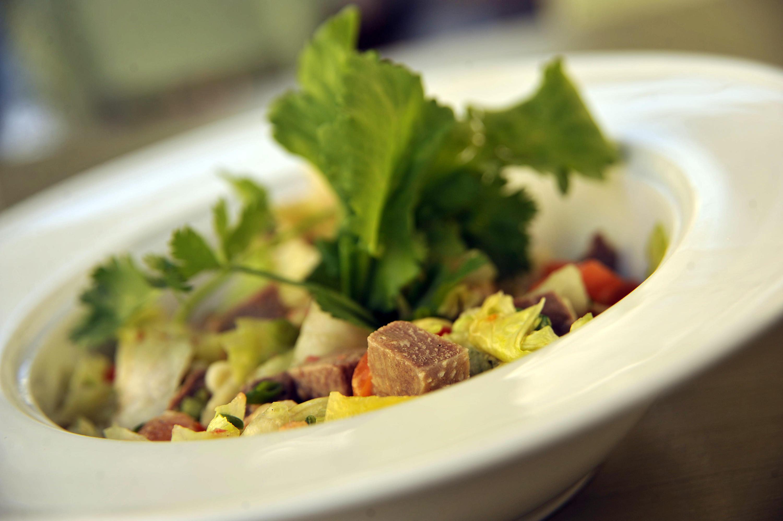 Зелёный салат с языком, солёными помидорами и горчичным соусом