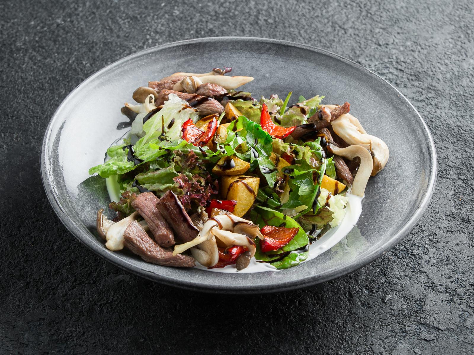 Теплый салат с говядиной, картофелем и печеным перцем