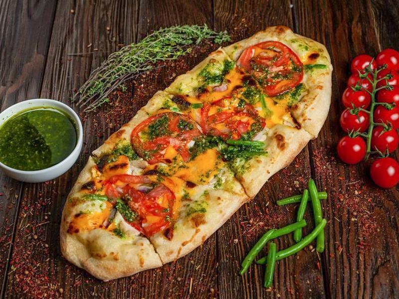 Пиццони с курицей и чеддером