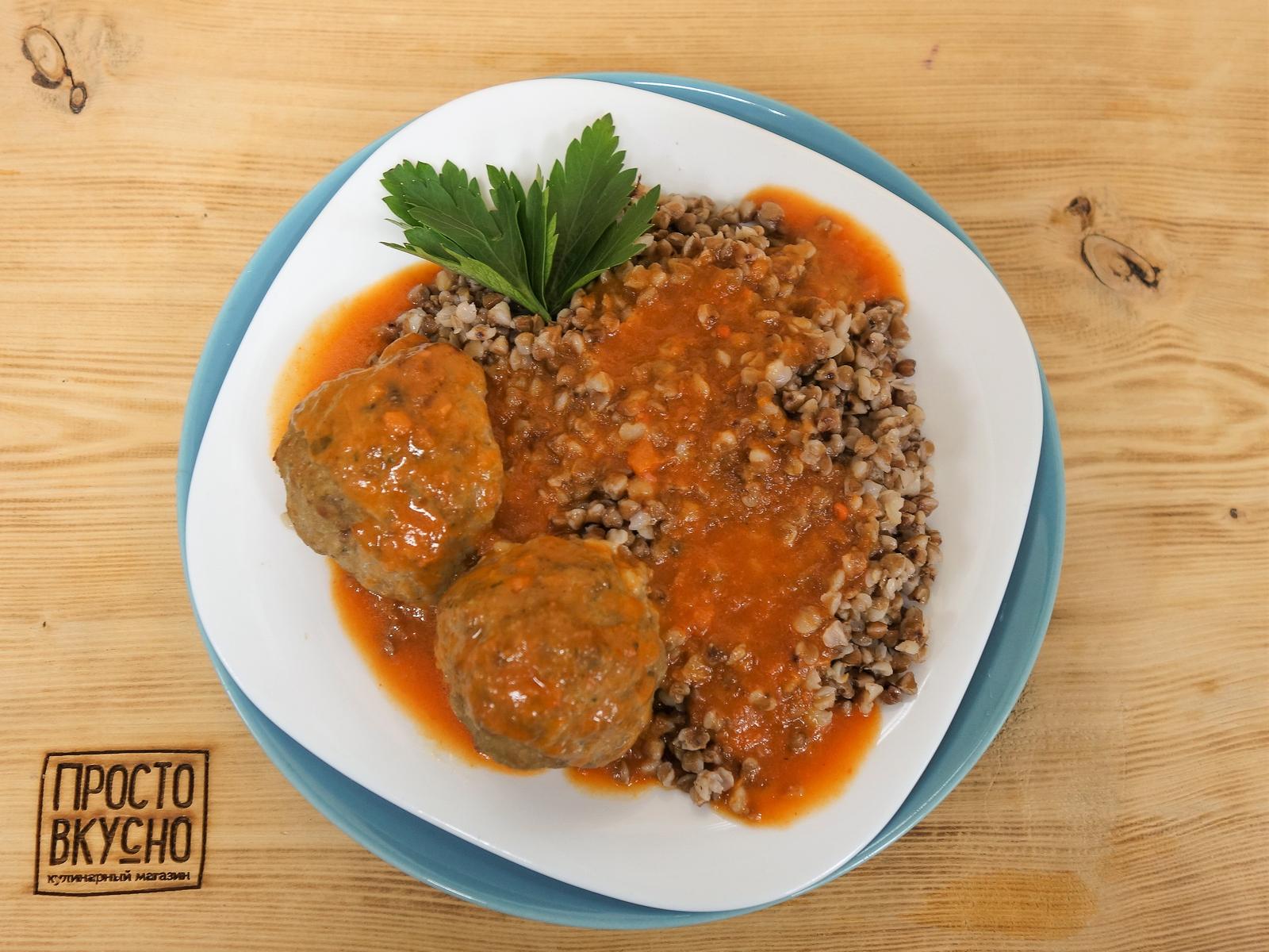 Гречка с тефтелями в томатном соусе