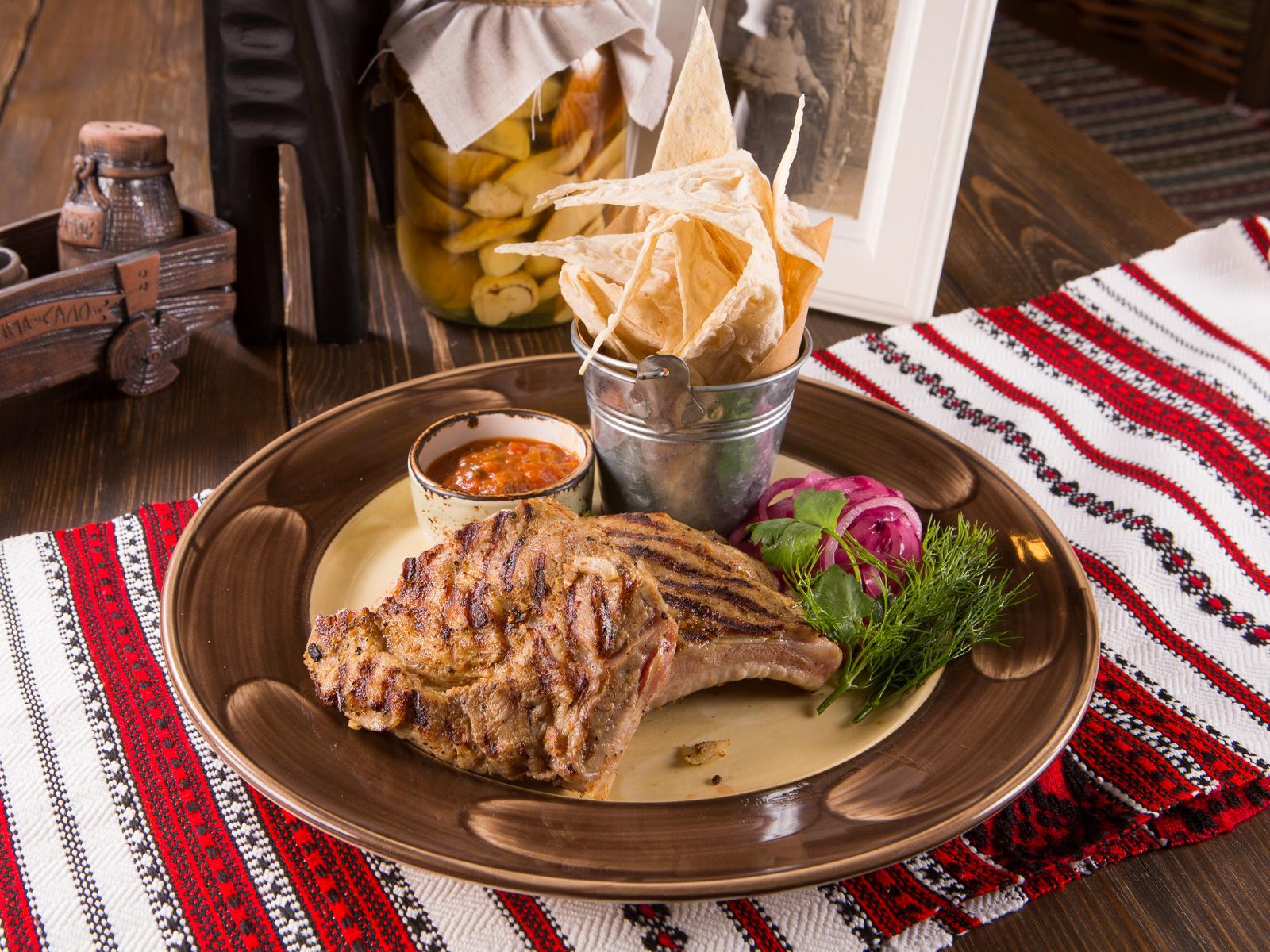 Жареные свиные ребра с украинским соусом
