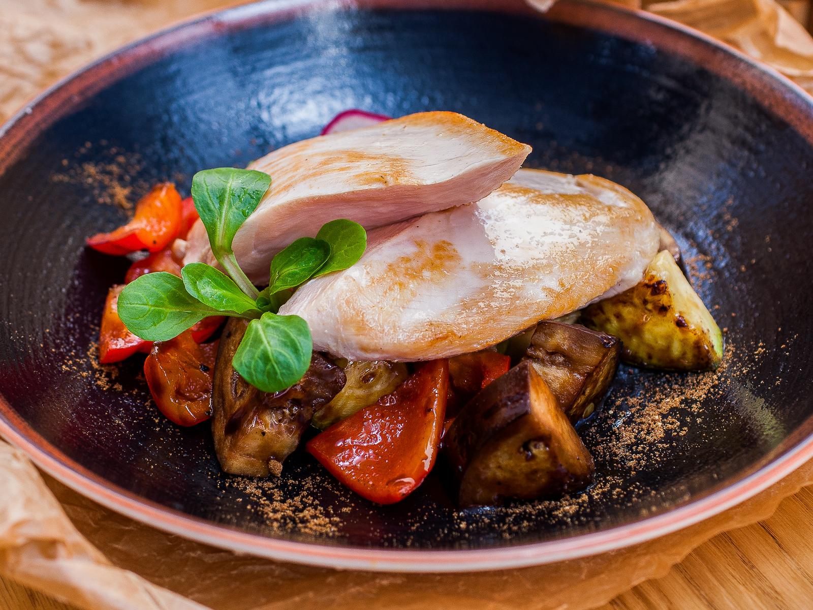 Куриное филе с печеными с овощами