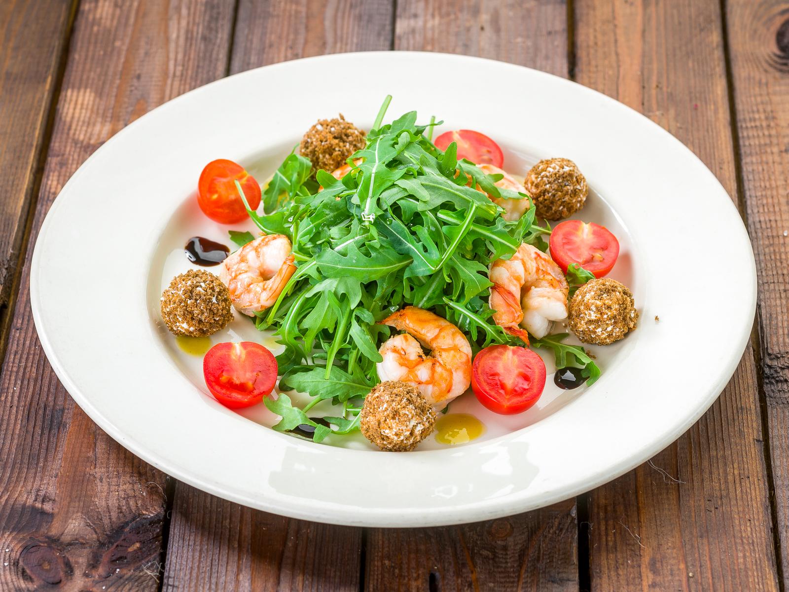 Салат с креветками, рукколой и сливочным сыром