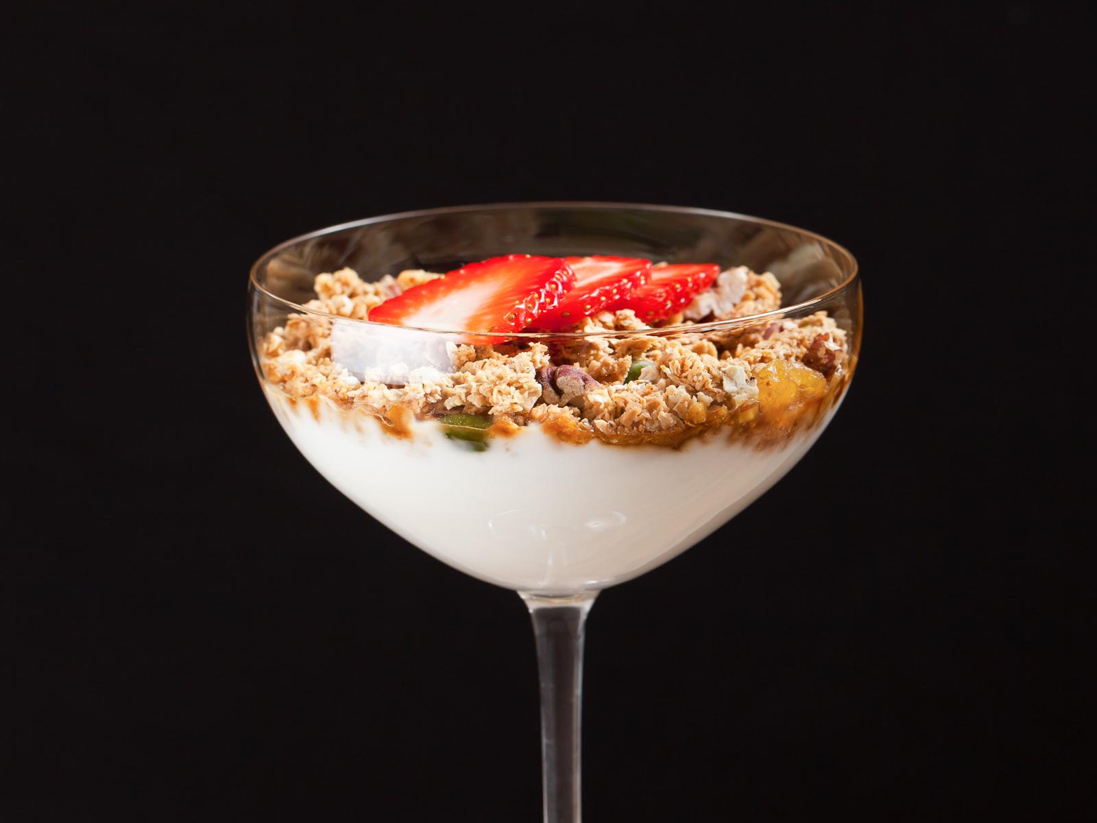 Йогурт с гранолой и кокосовым сахаром