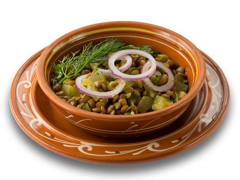 Салат из чечевицы с солеными огурцами и луком