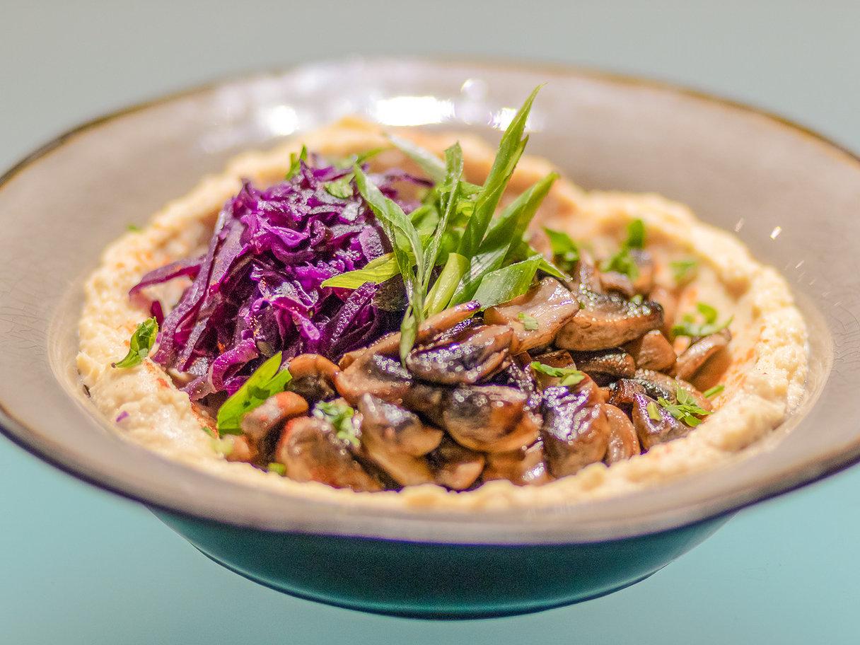 Хумус с грибами и капустой