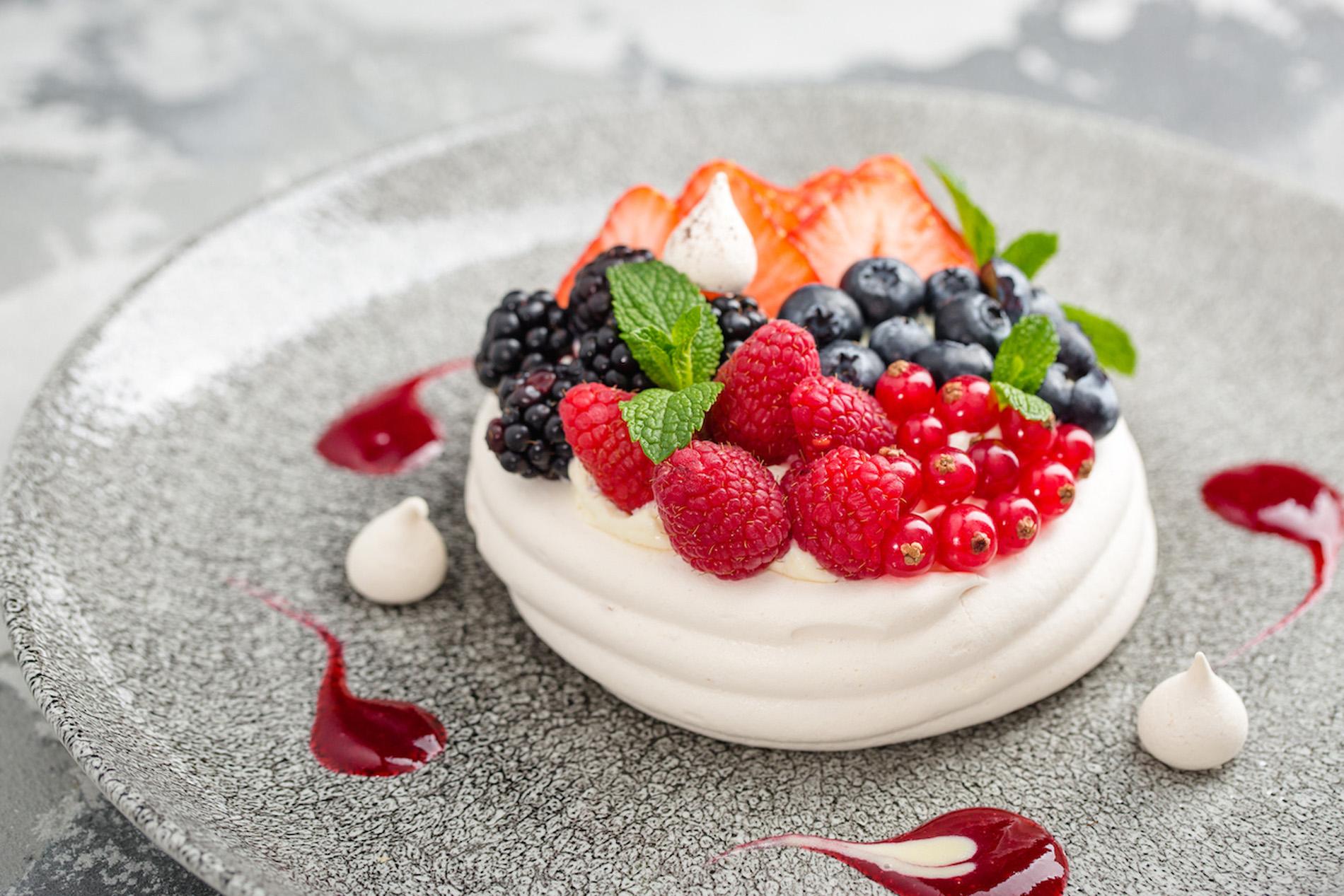 Десерт Павлова с нежным сливочным кремом и лесной ягодой