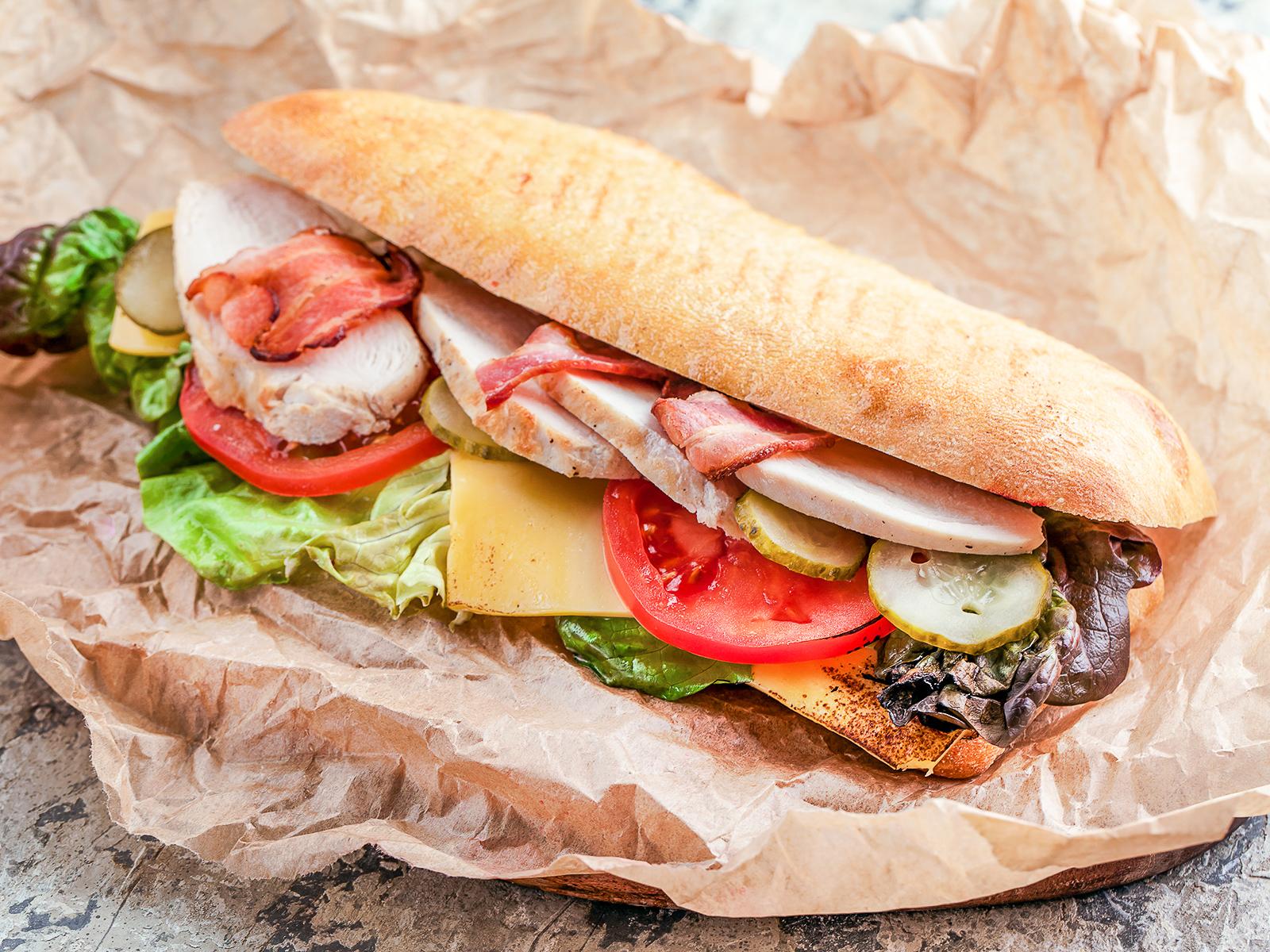 Сэндвич с запеченной курицей, беконом и сыром чеддер