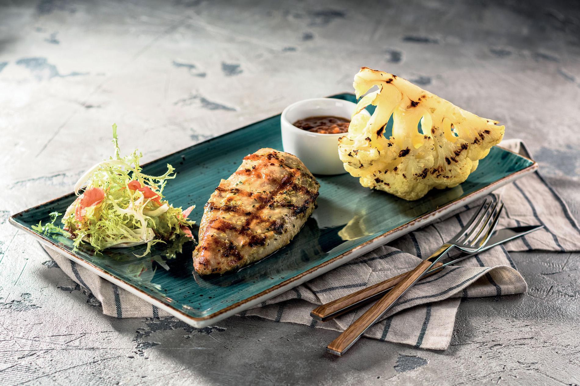 Куриная грудка на гриле с цветной капустой и соусом bbq