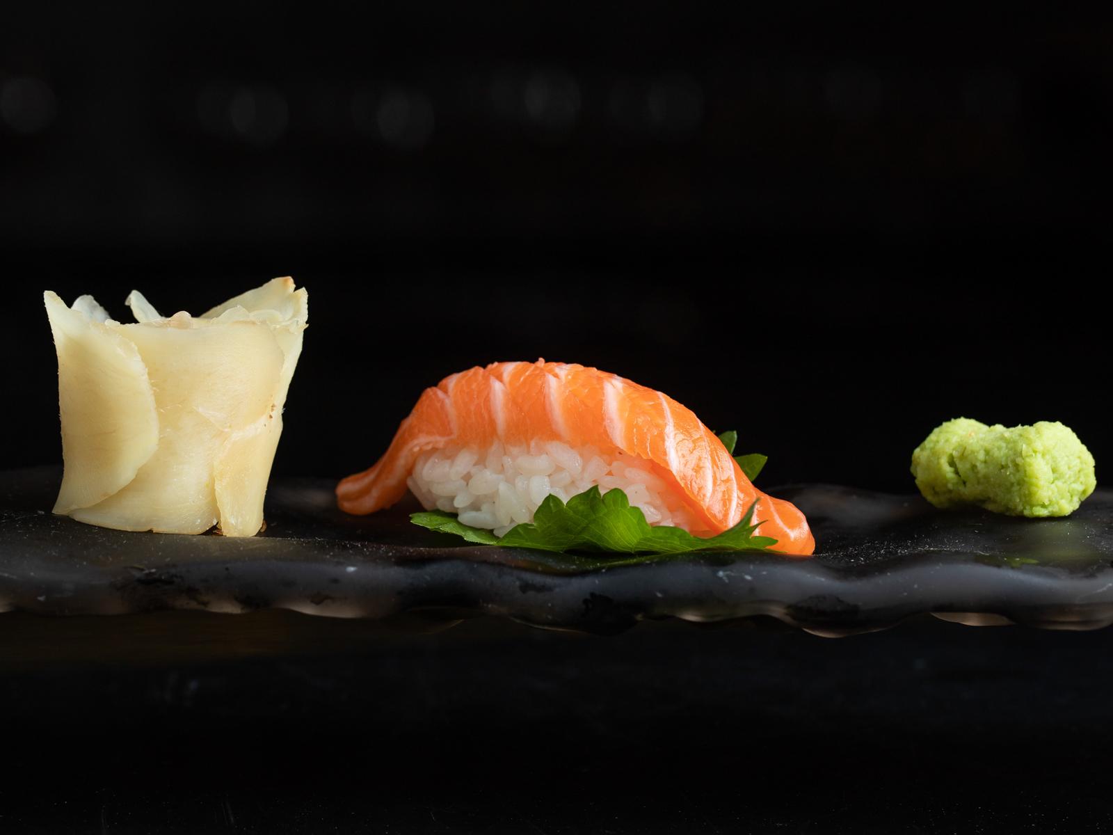 Суши с диким лососем
