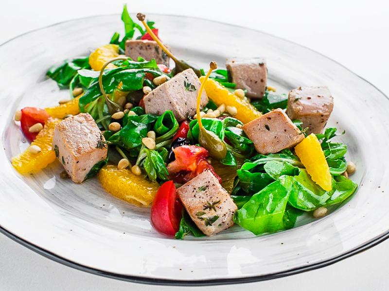 Салат с тунцом, рукколой, апельсинами и кедровыми орешками