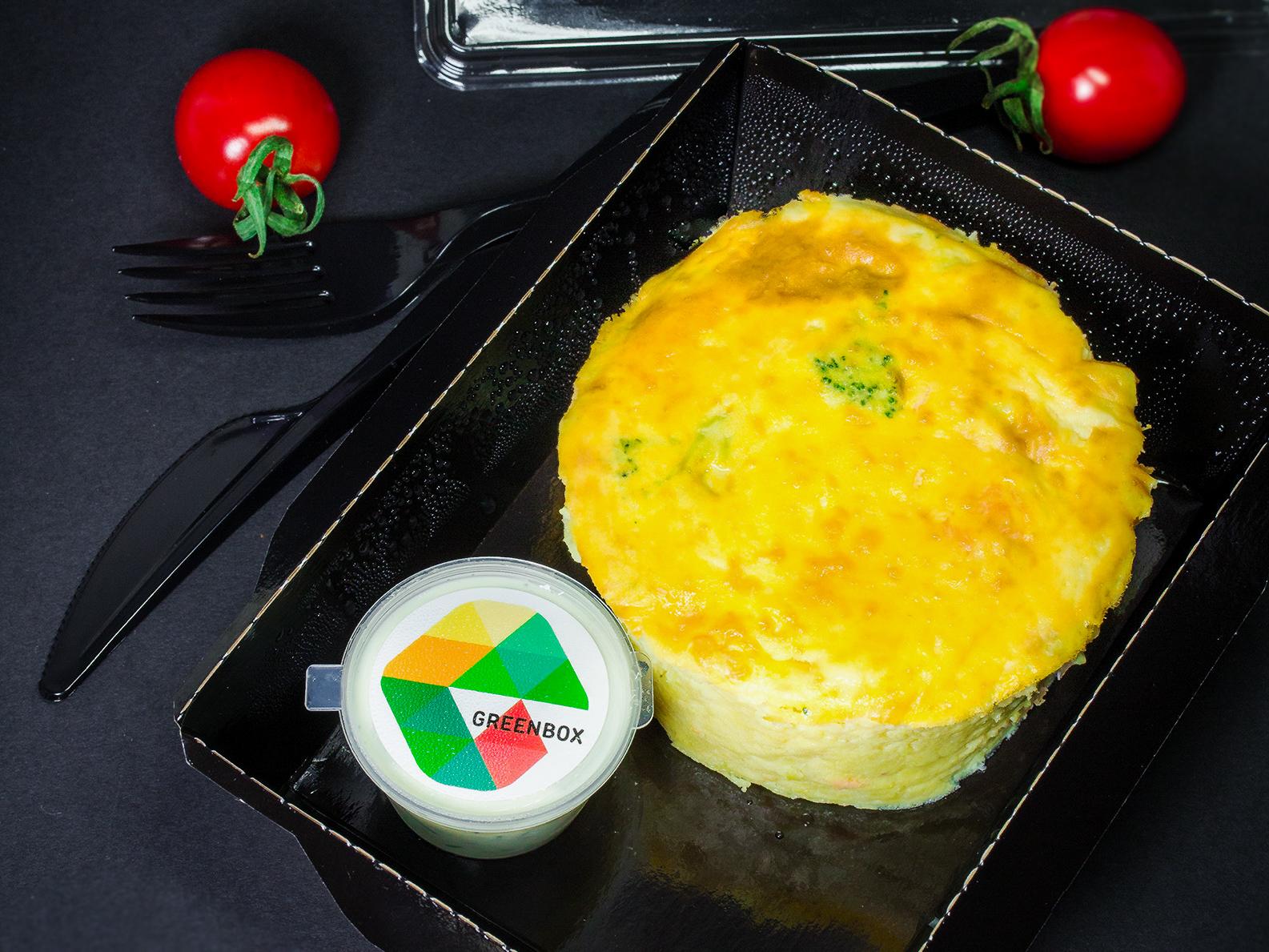 Запеканка из картофеля с лососем и соусом тар-тар