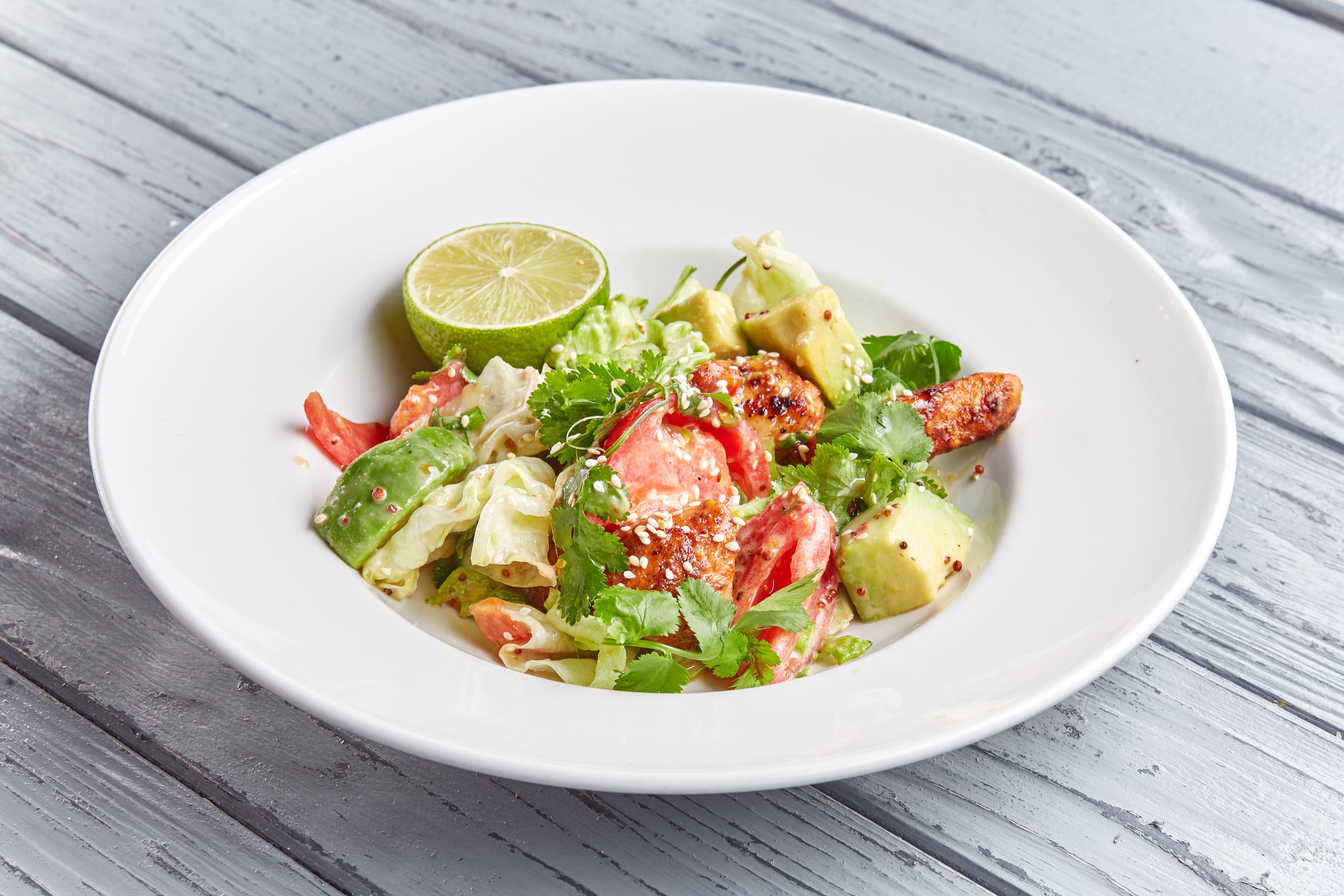 Салат с индейкой, авокадо и освежающим лаймовым соусом