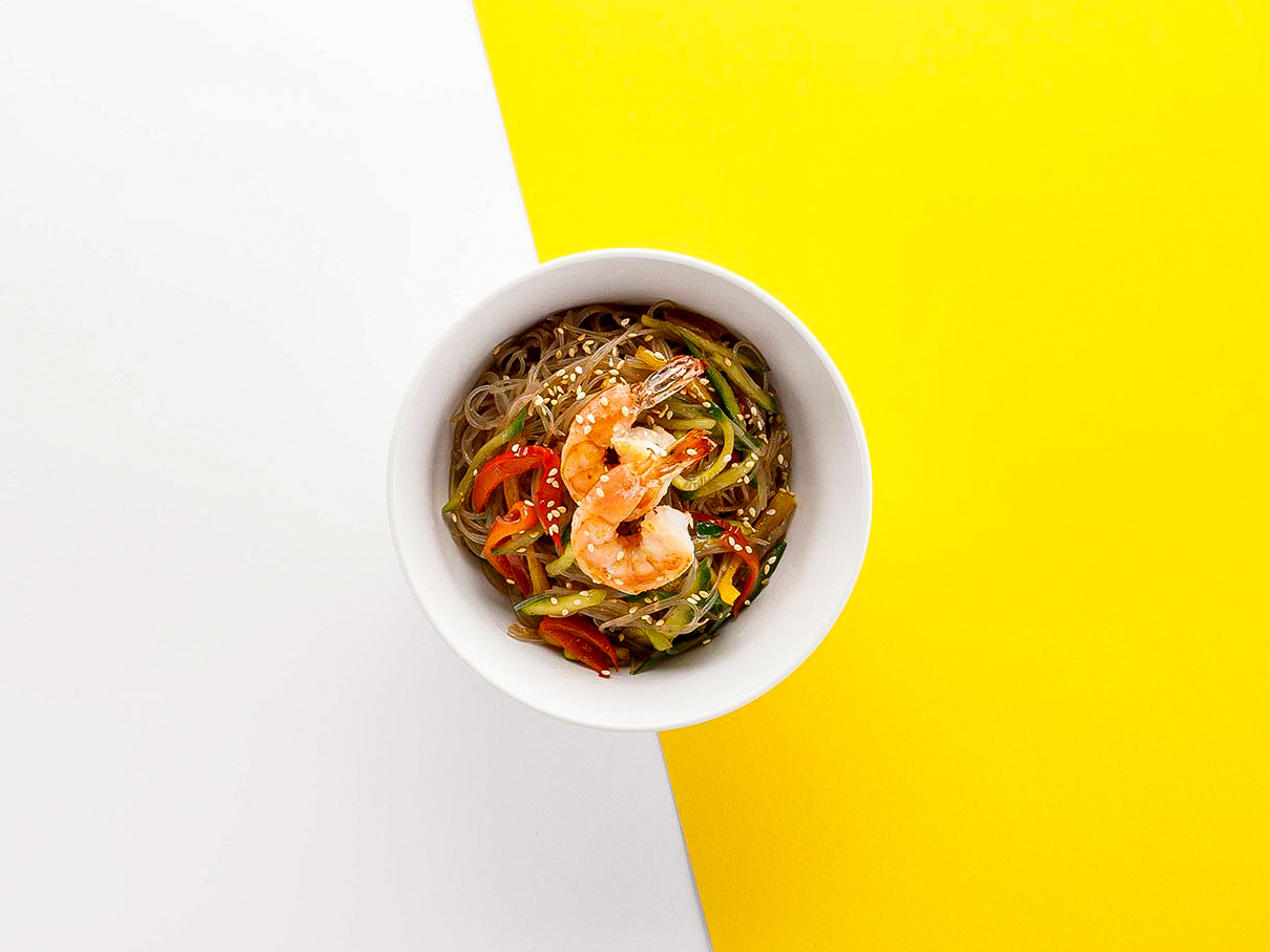 Теплый салат Фунчоза с креветками