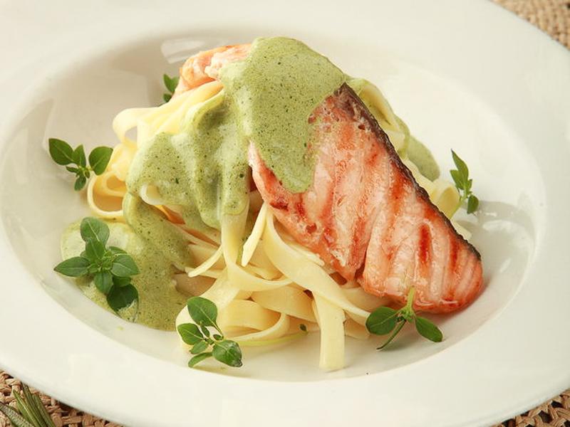 Тальятелле с лососем и соусом  Песто