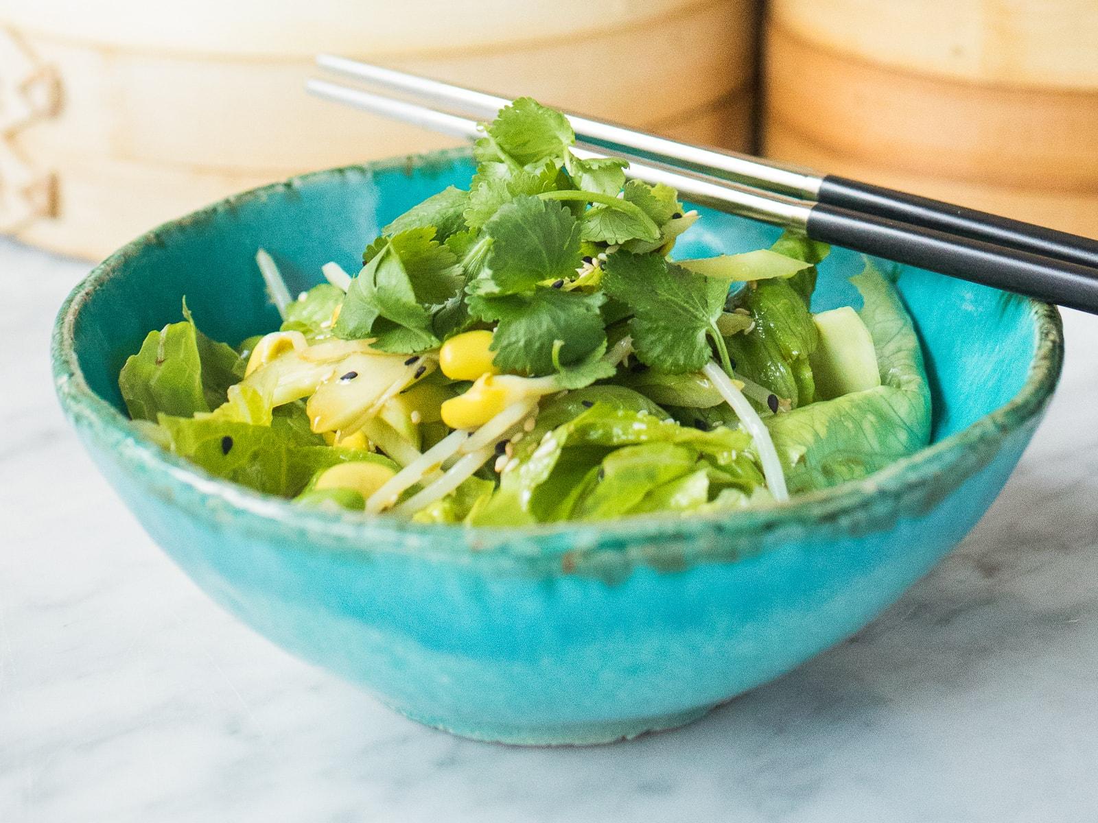 Зеленый салат с авокадо, бобами эдамаме и огурцом