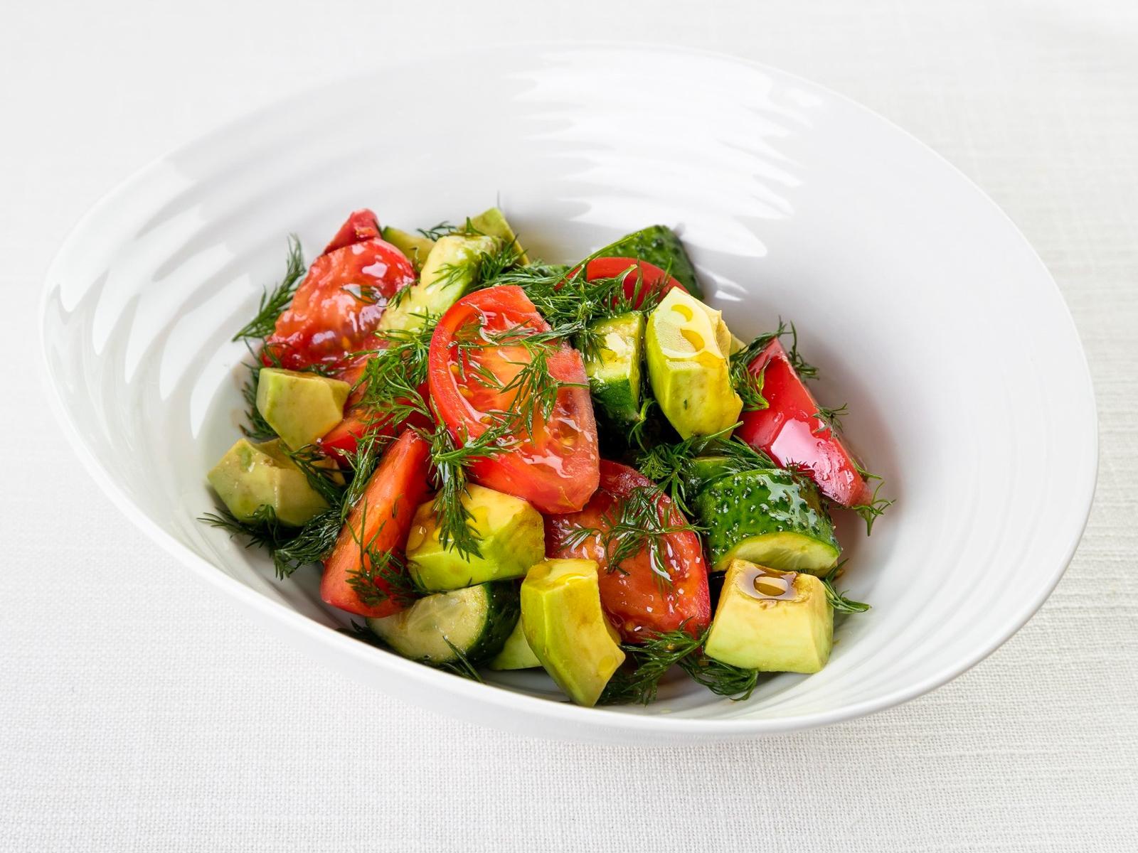 Простой салат из помидоров, огурцов и авокадо