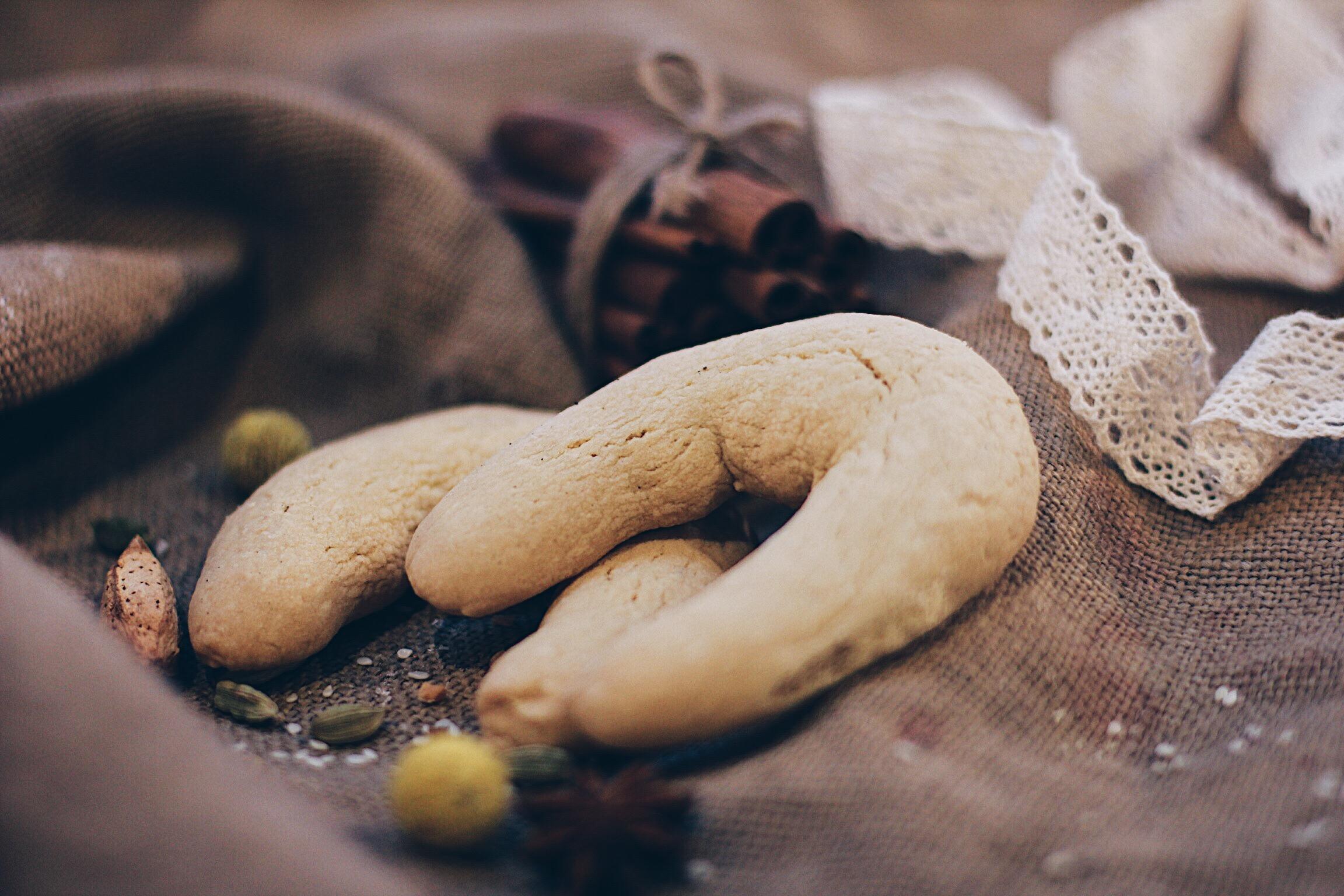 Песочное печенье Подковка с сахарной пудрой