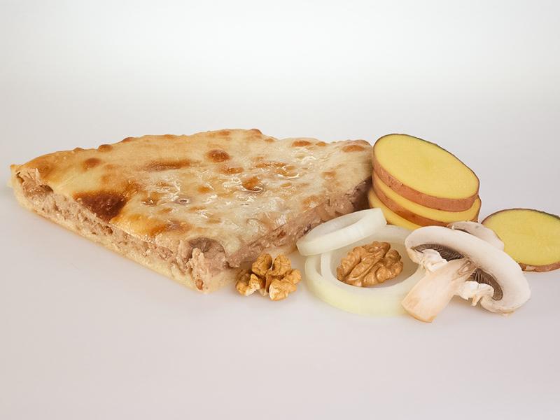 Пирог с картофелем, грибами, жареным луком и грецким орехом
