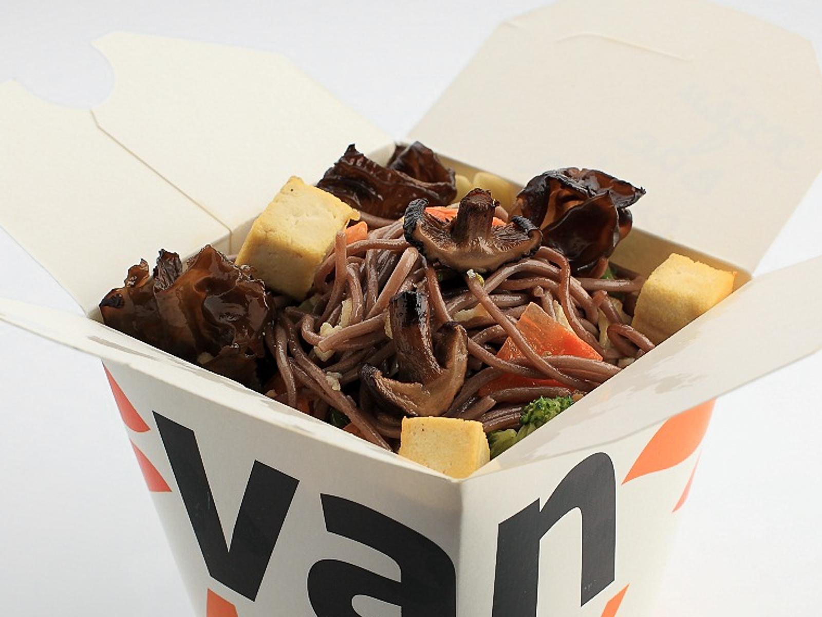 Гречневая лапша вок с шиитаке, древесными грибами и сыром тофу в соусе Сайгон