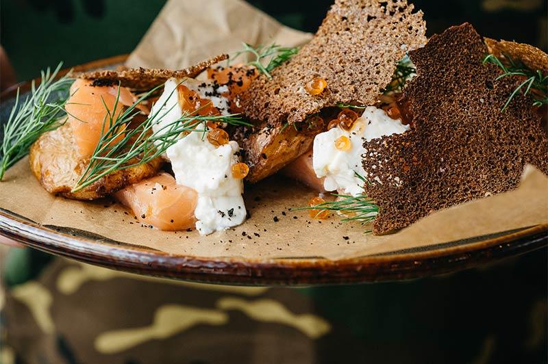 Слабосоленый лосось с запеченным картофелем