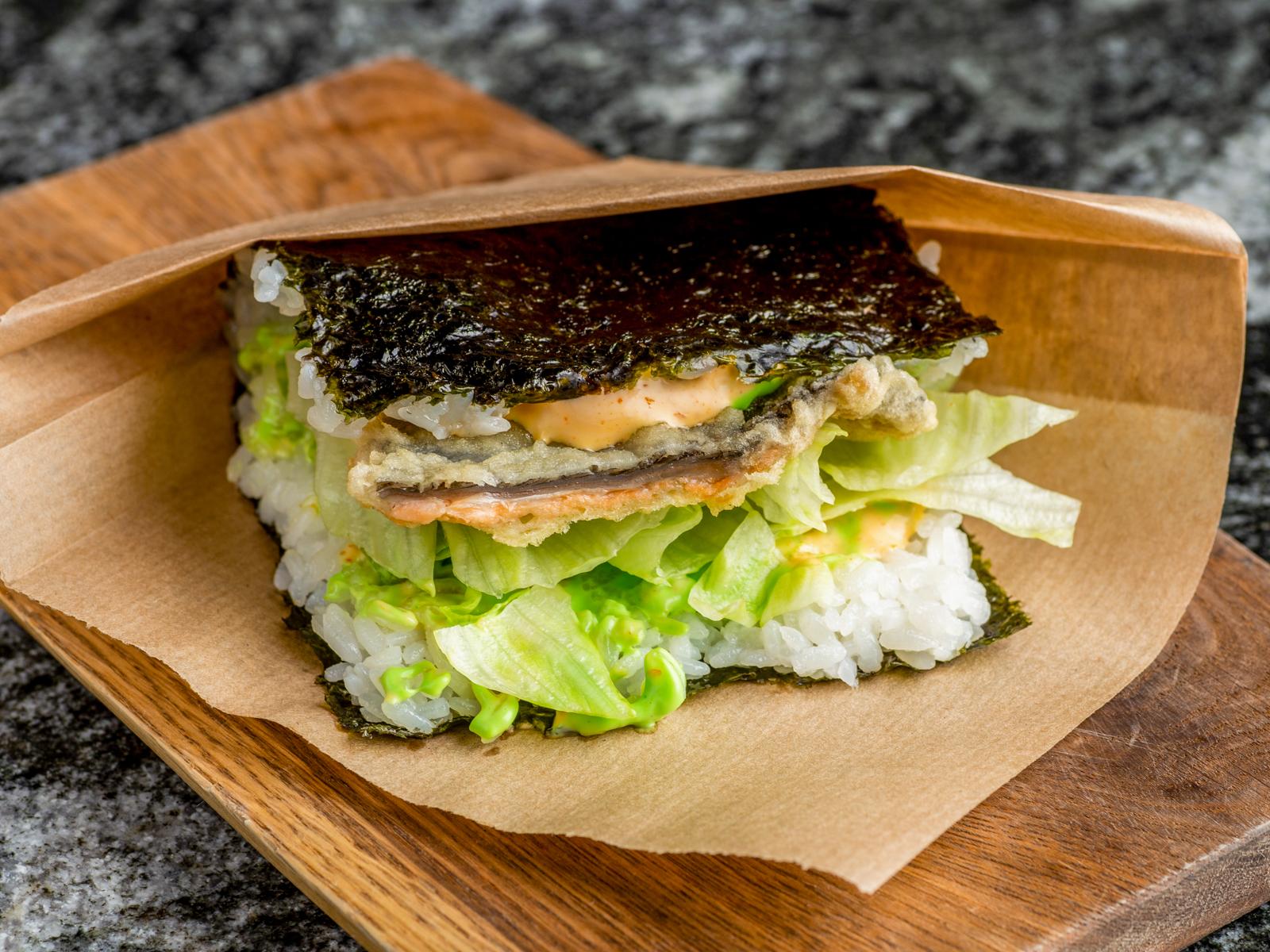 Окинавский сэндвич лосось в темпуре со спайси майонезом