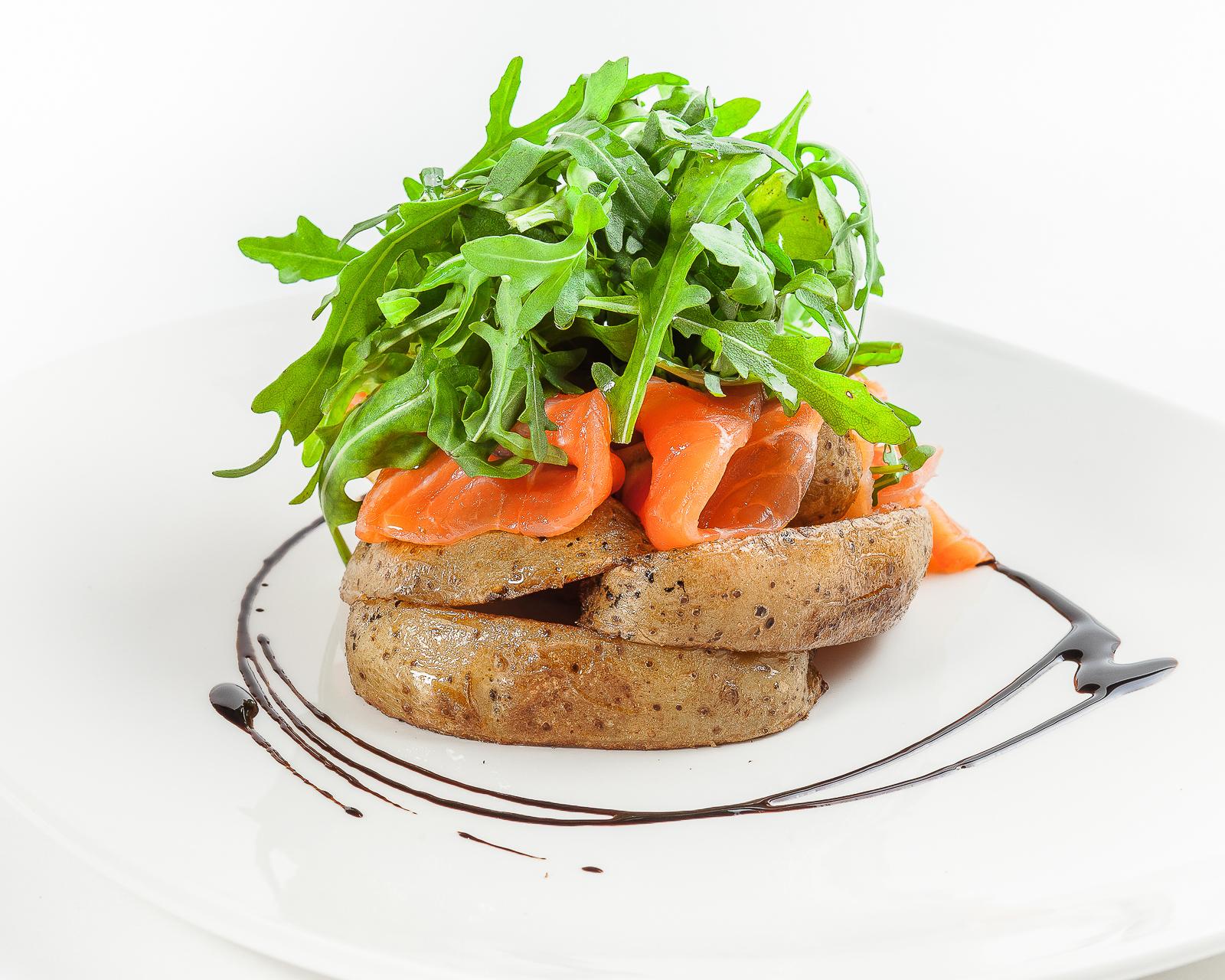 Деревенский салат с лососем