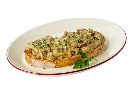 Брускетта с обжаренной куриной печенью,луком и грибами в сливочном соусе