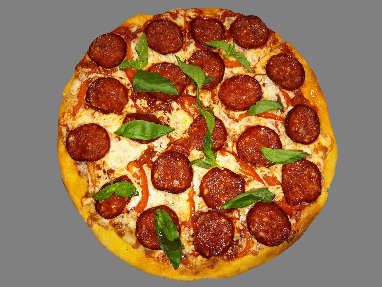 Пицца с пепперони, оливками и каперсами