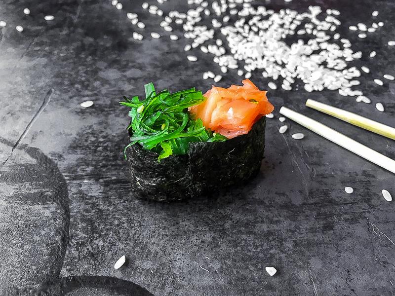 Суши с чукой и лососем