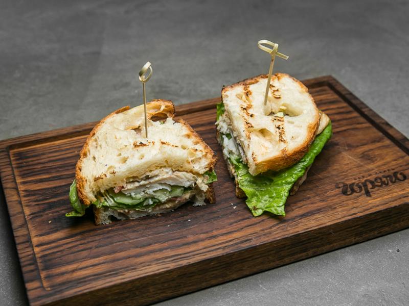 Сэндвич с копчёной треской и крабом