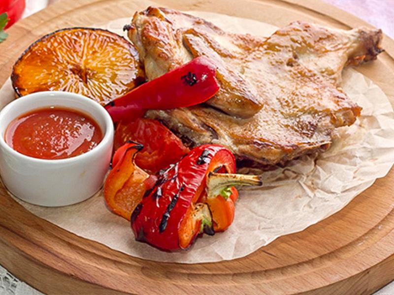Цыпленок табака с гарниром из томата и перца на гриле