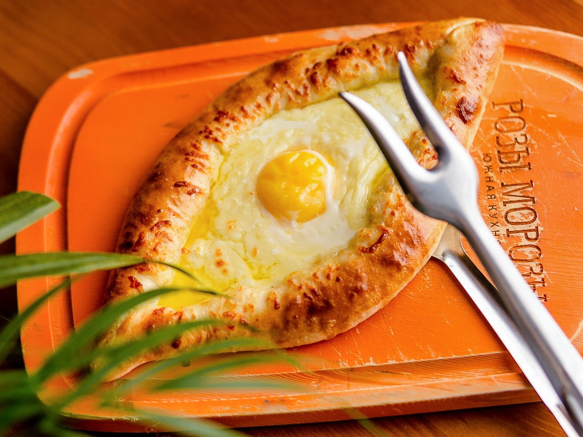 Хачапури по-аджарски с сыром сулугуни и деревенским яйцом