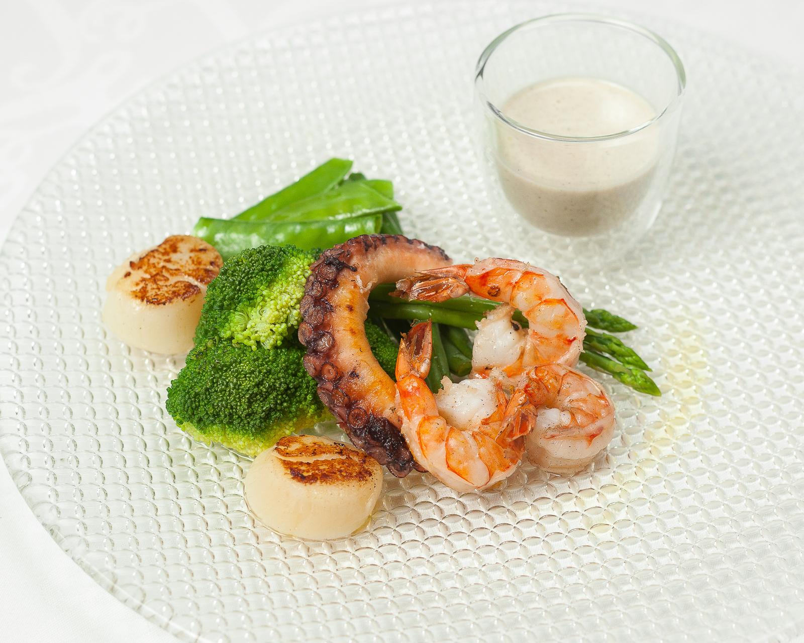 Теплый салат из морепродуктов и зелеными овощами