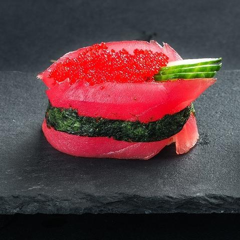 Гункан из тунца с красной тобико