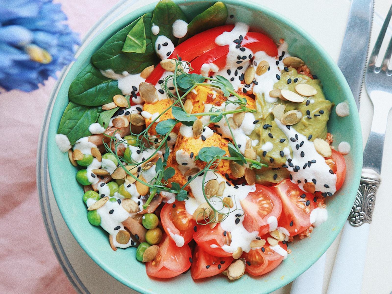 Киноа боул с тофу, овощами и соусом кешью