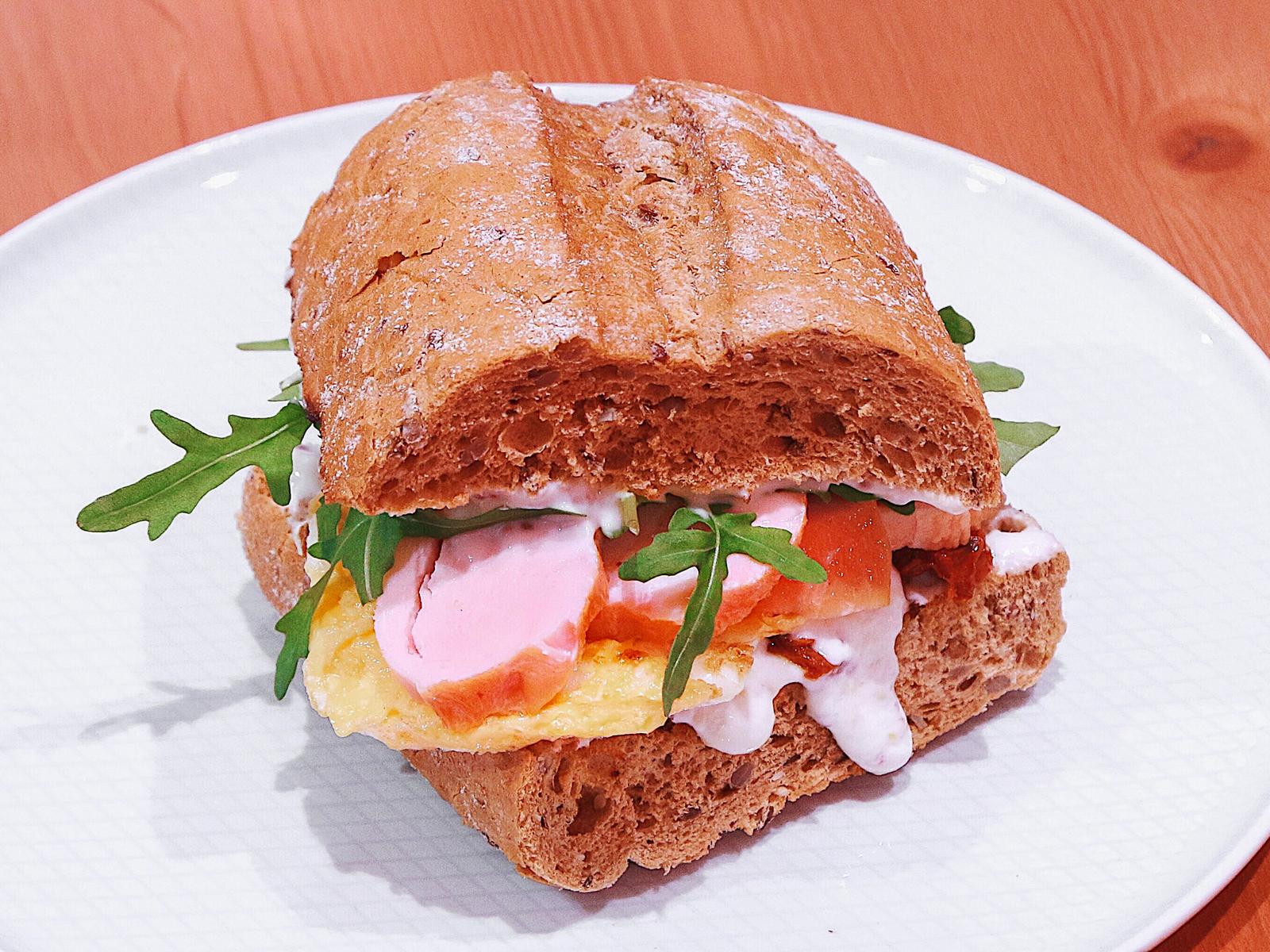 Теплый сэндвич с курицей и скремблом