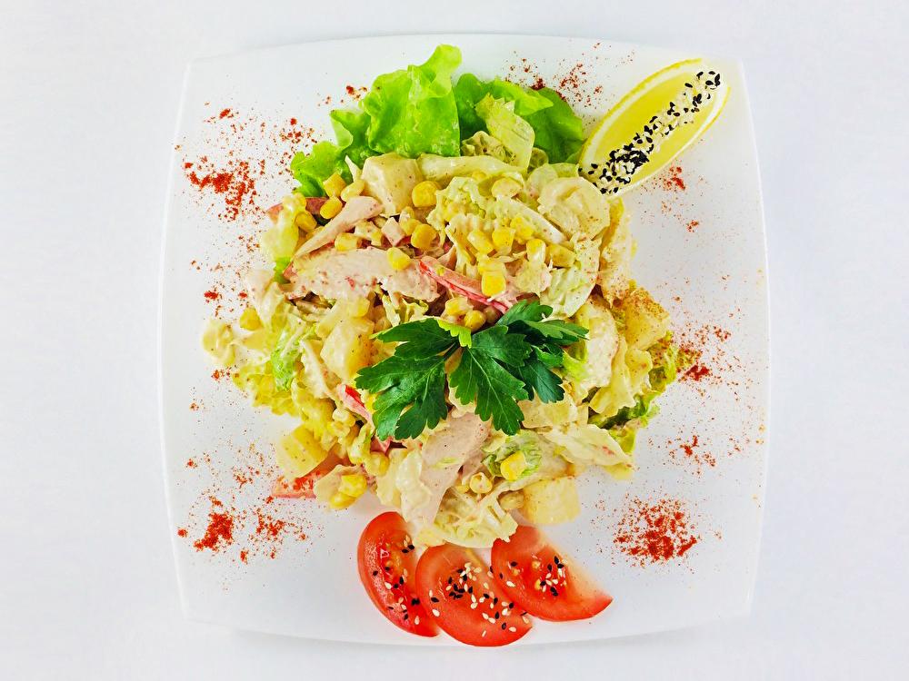 Салат с копченой курицей и ананасами
