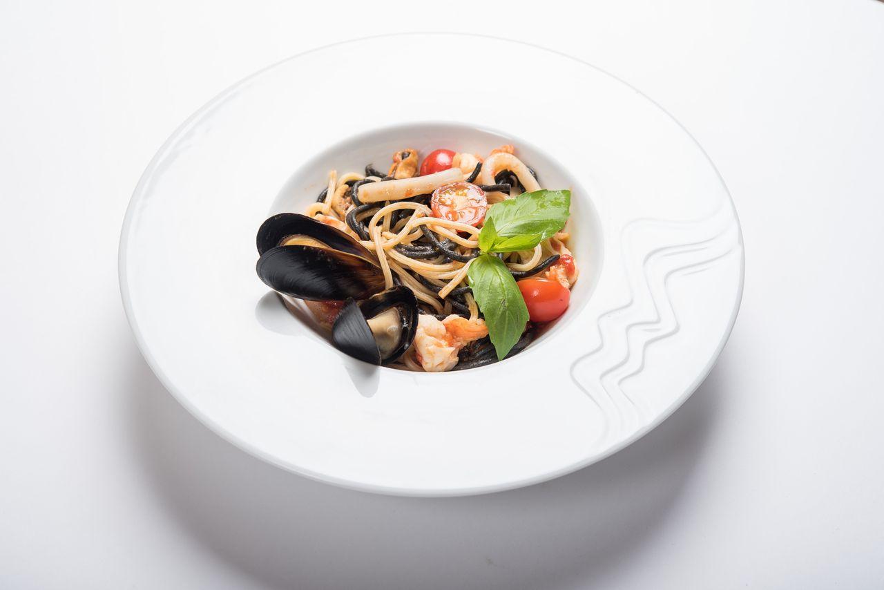 Черные и белые спагетти с морепродуктами