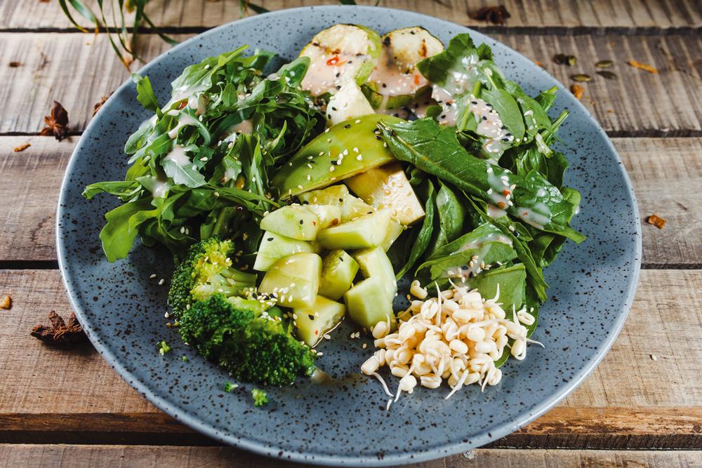 Салат из авокадо, рукколы и шпината