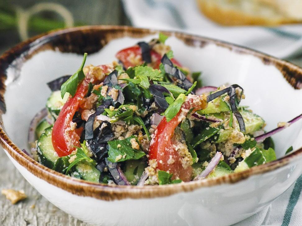 Овощной салат по-грузински с грецкими орехами